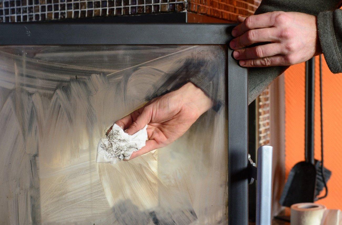 Hombre limpiando el cristal de una chimenea