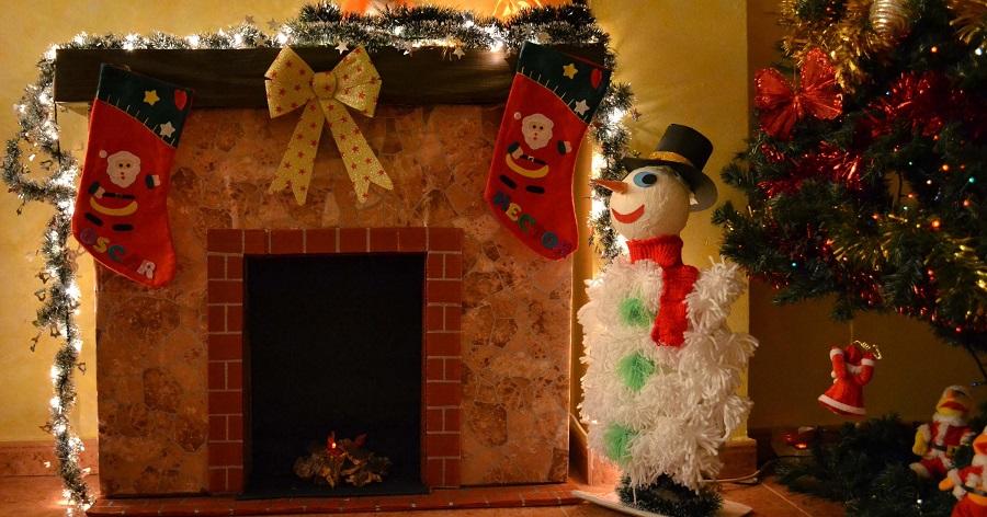 Chimenea de cartón con decorado navideño