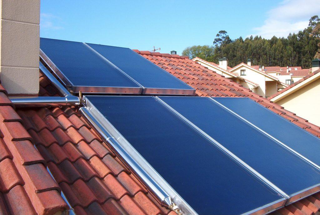Chimenea solar en techo de casa