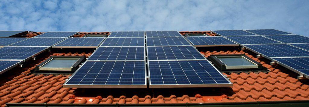 Chimenea solar en lo alto de una casa