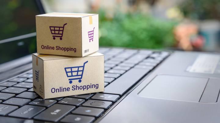 Cajas de compras sobre laptop