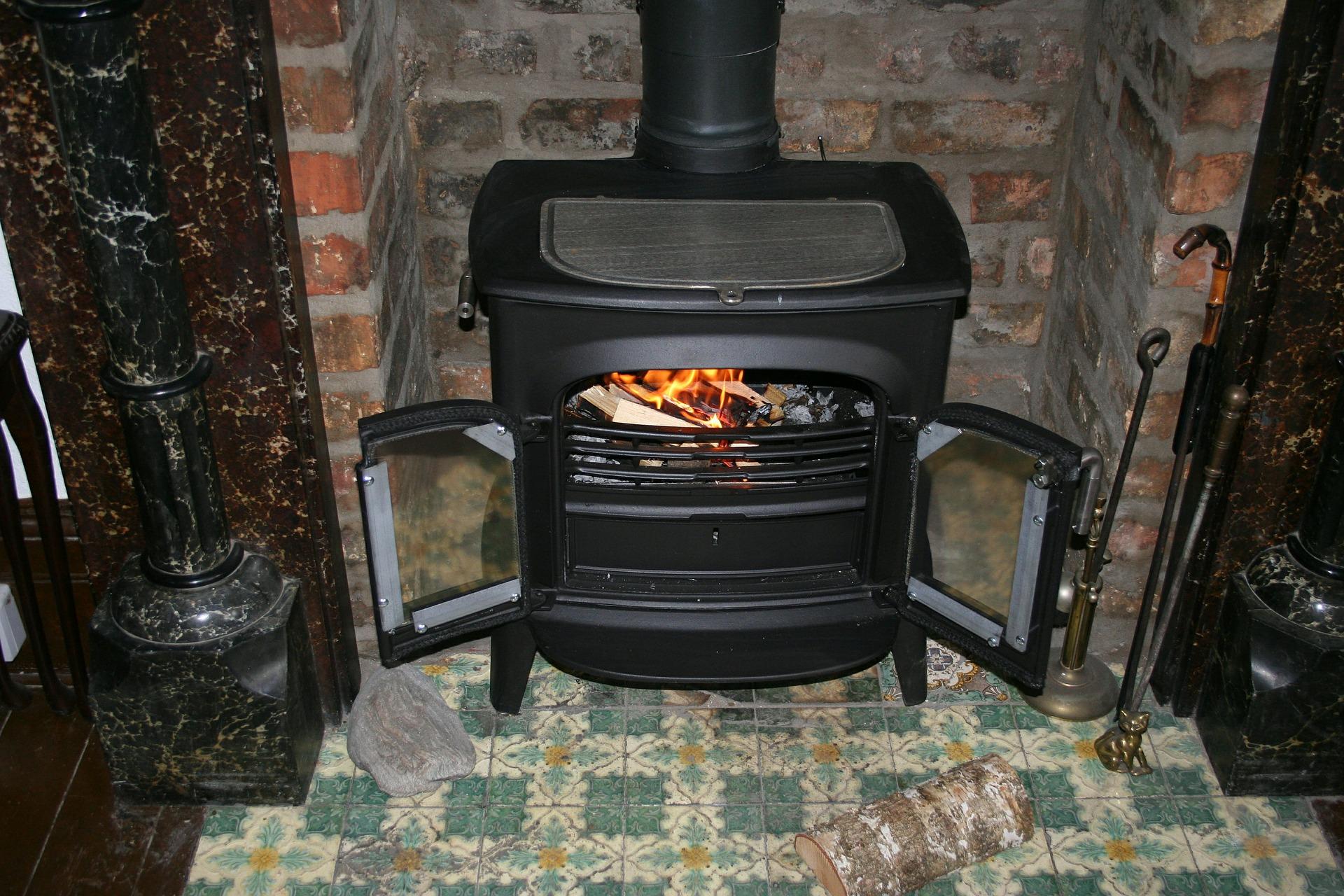 Estufa de madera en el hogar