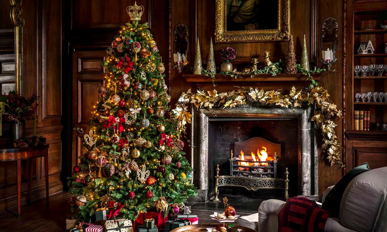 chimenea con accesorios de decoración navideños.